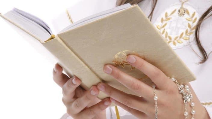 Hände halten eine Bibel