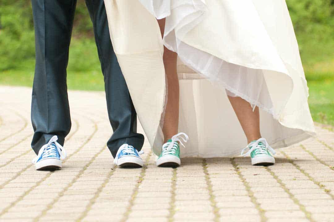 Füße eines Brautpaares in Sneakers