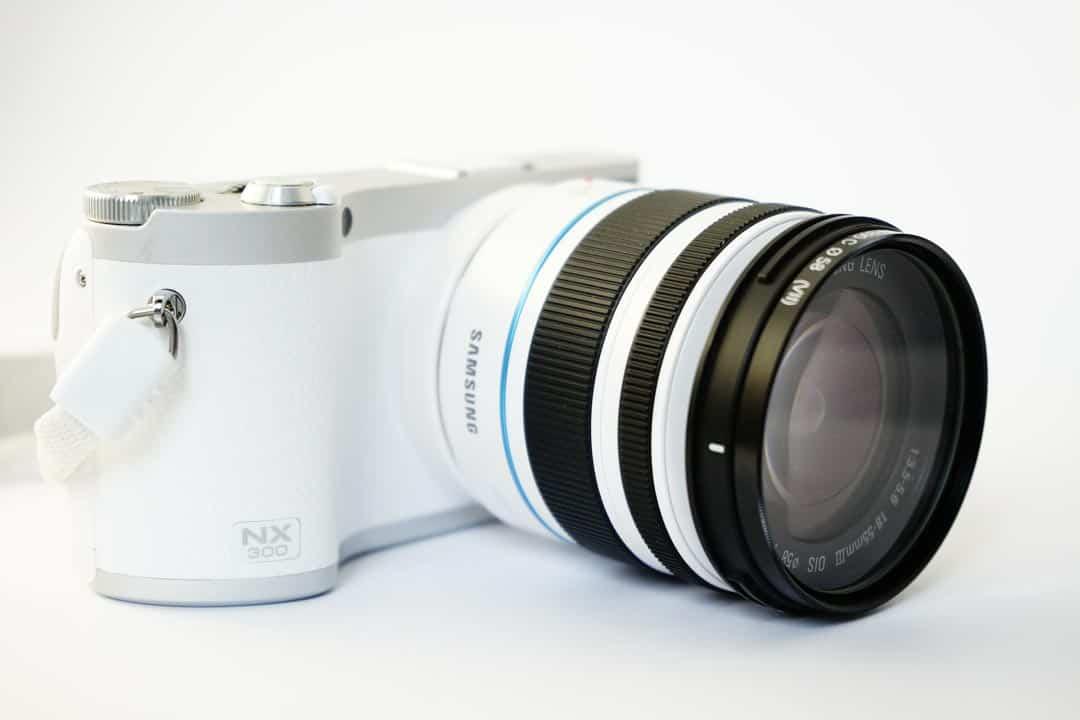 Eine weisse Kamera der Marke Samsung