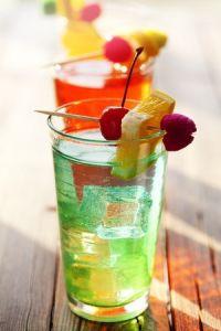 Cocktails für die Gäste anbieten