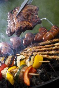 Fleisch und Spieße zur Sommerparty
