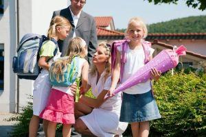 Die Familie freut sich mit dem Schulkind