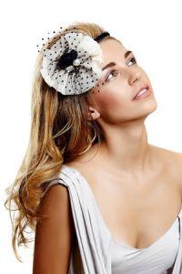 Lange Haare mit Haarschmuck ist eine Idee für eine Brautfrisur