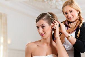 Ein Friseur kann eine traumhafte Brautfrisur kreiren