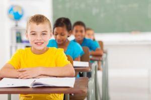 Stolze Schulkinder lernen rechnen