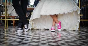 Hochzeitspaar mit Sneaker