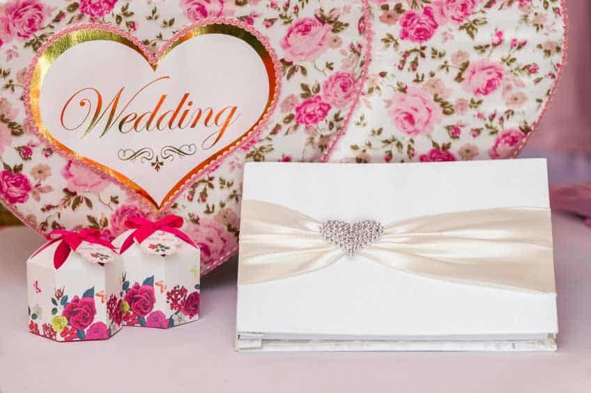 Hochzeitsbuch mit Schleife und Herz