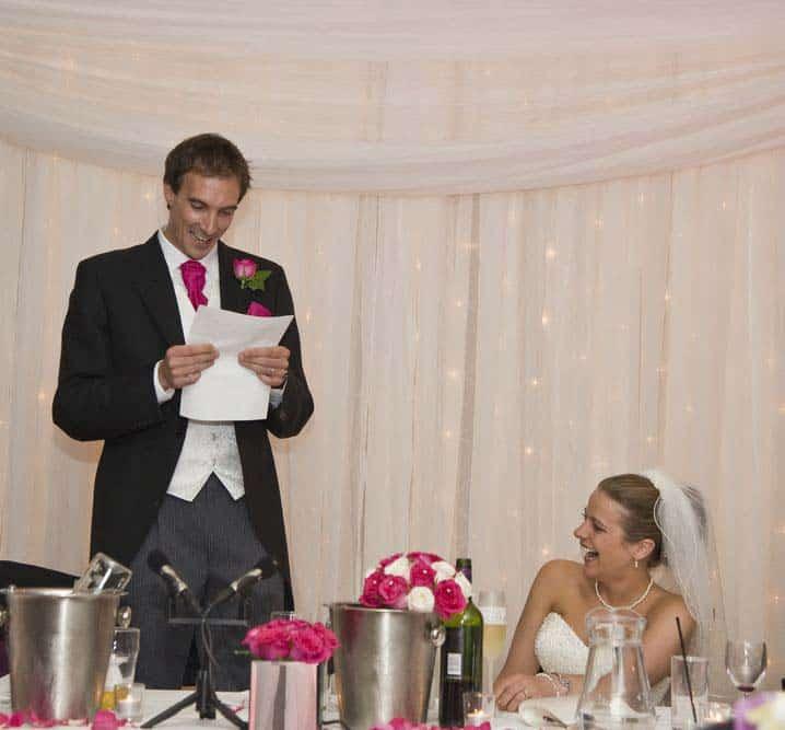 Bräutigam hält eine Rede und liest vom Blatt ab