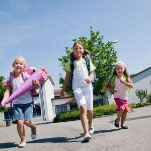 Drei Mädchen nach dem ersten Schultag feiern