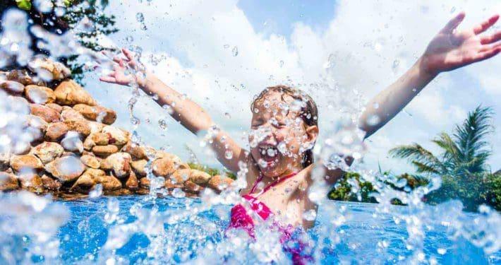 Kind planscht in einem Pool