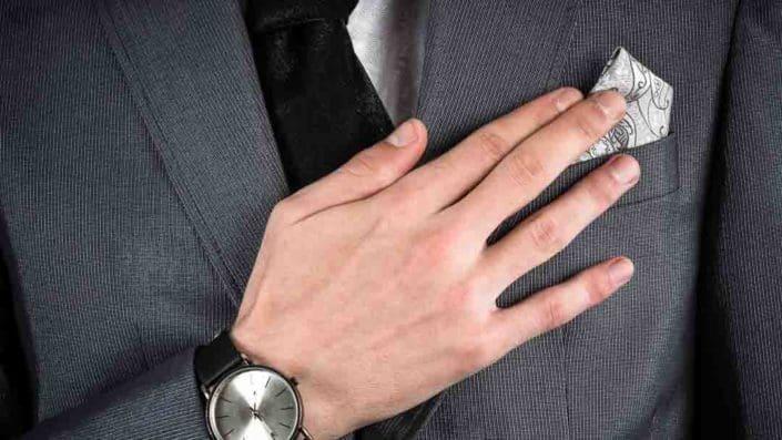 Hand mit Armbanduhr vor Sakkorevers