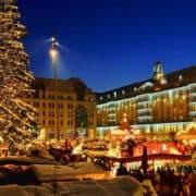 Weihnachtsmarkt zu blauer Stunde mit beleuchteten Marktständen