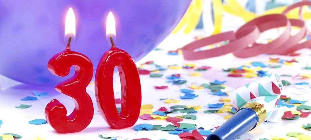 Brennende Kerzen in der Form 30