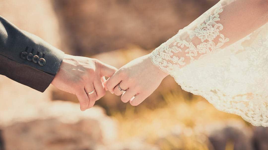 Brautpaar hält Händchen - Titlebild