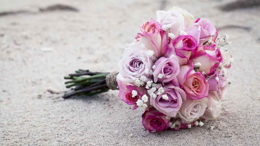 Brautstrauß aus Rosen liegt auf der Straße