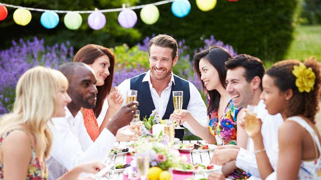Freunde bei einer Party im Garten