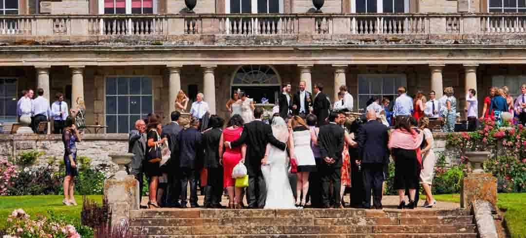 Gesellschaft vor einer Hochzeitslocation