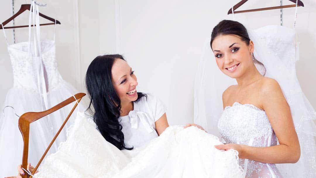 Braut mit Trauzeugin bei der Wahl des Brautkleids