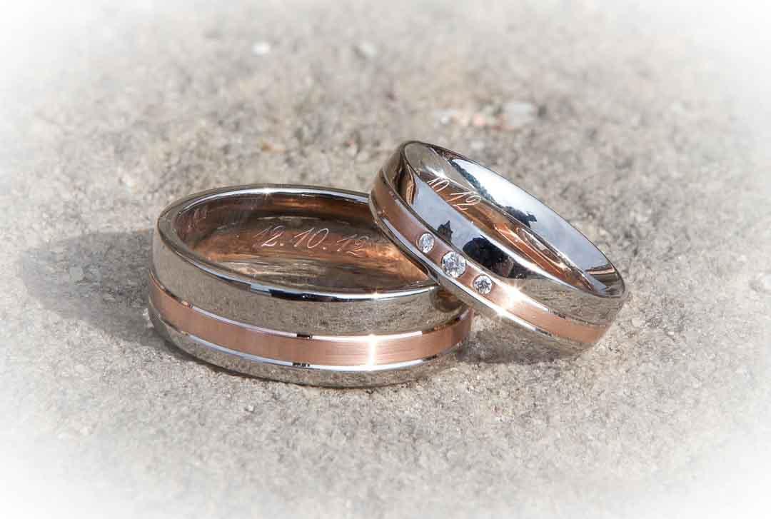 Zwei siberne Eheringe auf hellem Grund